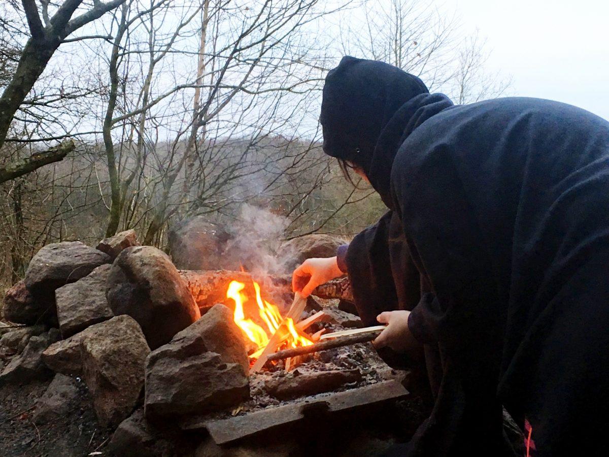 ...lite näver och småstickor så brinner snart frukostelden och vi kan värma oss efter en kall natt.